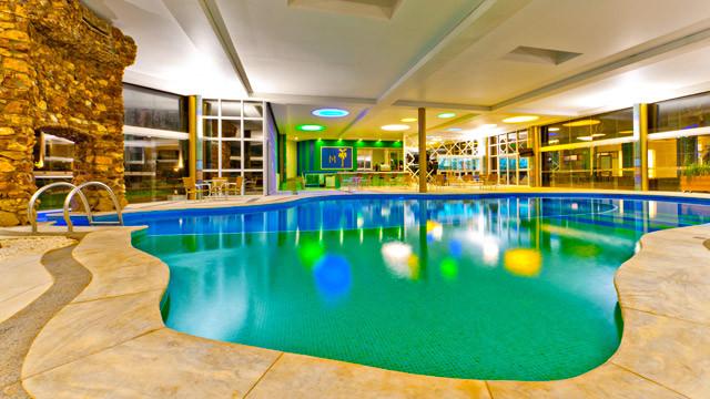 Mavsa Resort - Enquanto os adultos relaxam na piscina coberta e aquecida com bar e sauna...