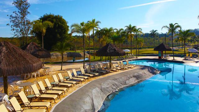 Mavsa Resort - São quatro piscinas! Uma aquecida e coberta e três externas: com tobogã, infantil e com bar molhado.